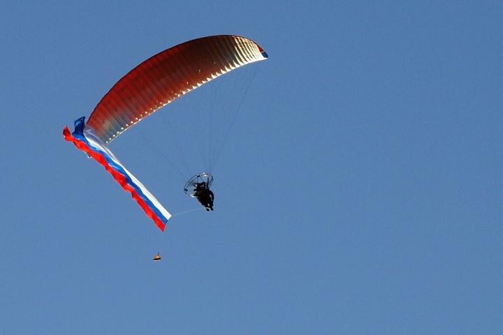 Парамотоплан с российским триколором в небе над Казаками