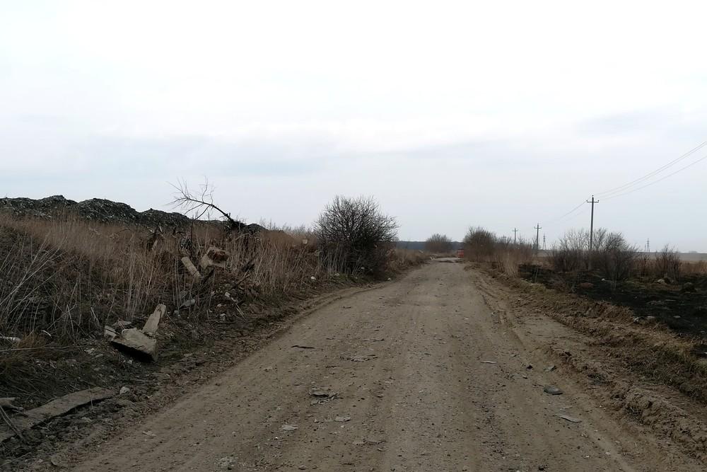 Мусоровоз везет мусор на закрытую городскую свалку Ельца
