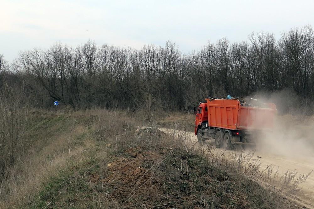 Мусоровоз везёт мусор через Лавский лес