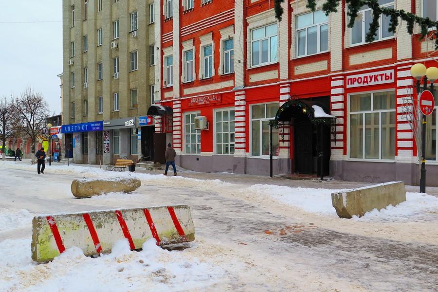 Бетонные блоки на улице Мира в Ельце