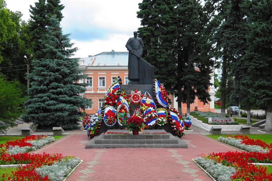 Могила неизвестного солдата в Ельце на площади Революции