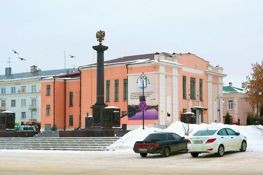 Автомобили на Красной площади Ельца