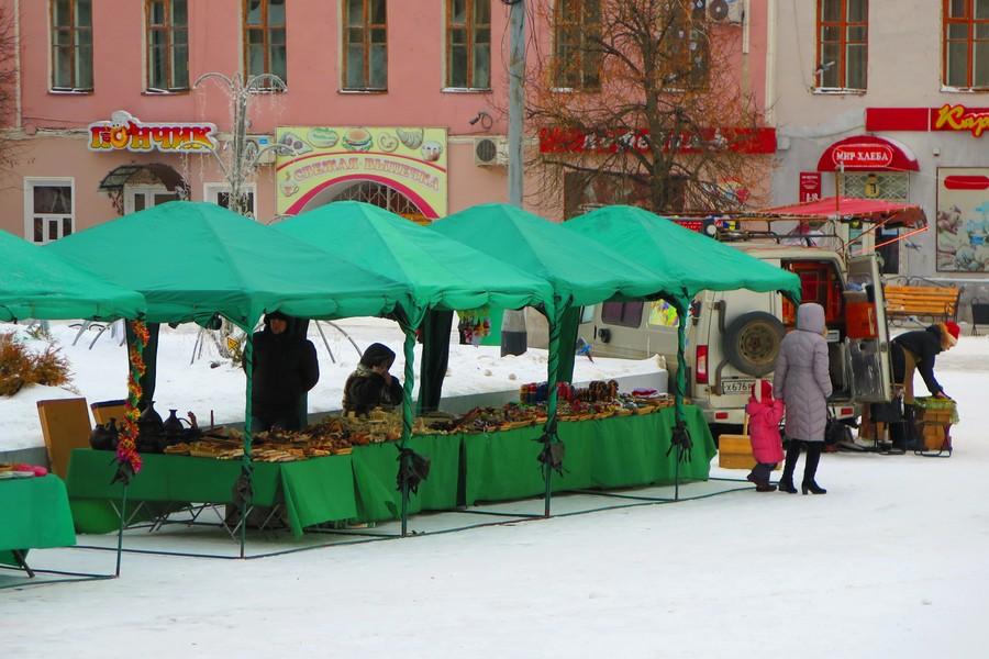 Торговые палатки на площади Ленина в Ельце