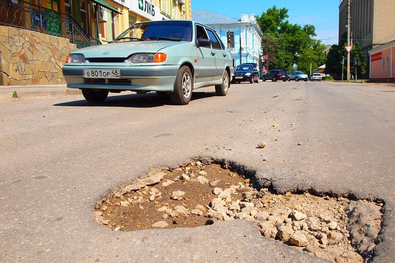 Ямы на одной из центральных улиц Ельца. 2012 год